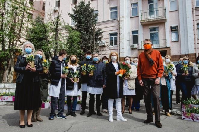 Тюльпани для пошани. Лікарі столичної Олександрівської лікарні отримали 20 ящиків квітів