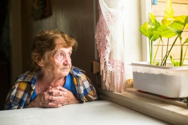 Кликала про допомогу з-під дивану: на Оболоні пенсіонерка потрапила в пастку