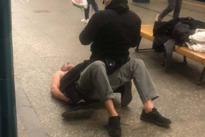 У метро чоловік кидався на людей та роздягався (ФОТО)