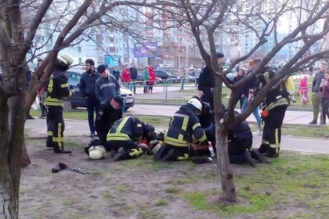 З моторошної пожежі на Троєщині винесли двох хлопчиків: діти в реанімації