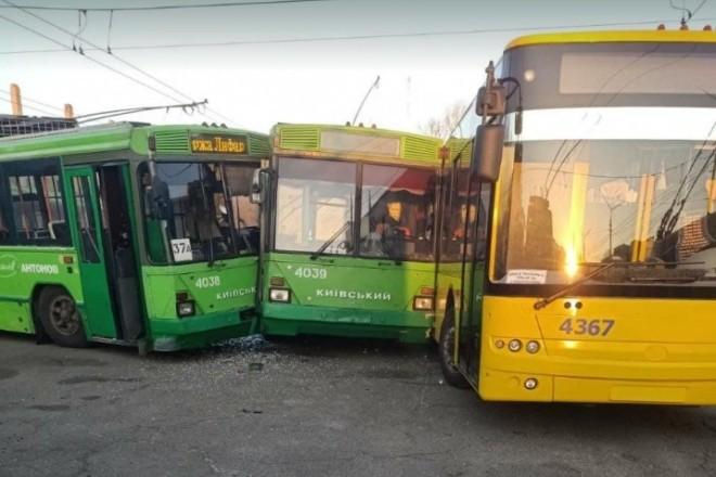 Не втовпились. У столичному ДЕПО зіткнулись три тролейбуси (ФОТО)