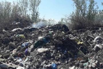На Київщині майже сім годин гасили пожежу на сміттєвому полігоні