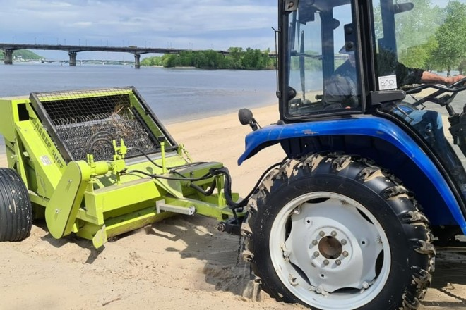 Дніпровську набережну підготували до пляжного сезону: пісок просіяли, сміття прибрали