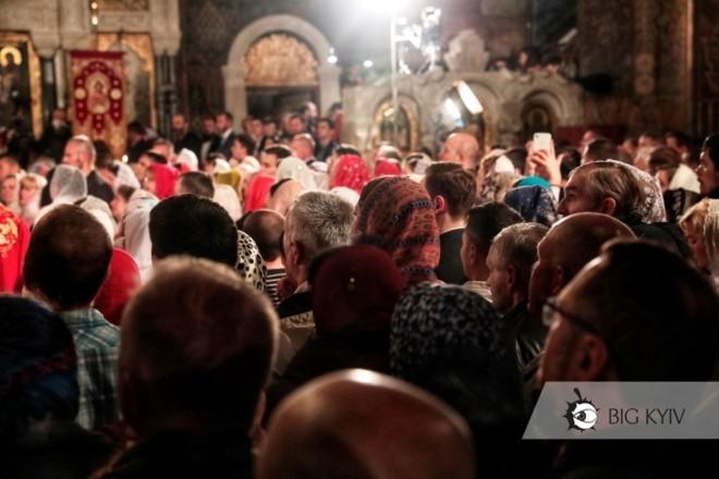 У Лаврі забули про карантин під час богослужінь. Що кажуть відвідувачі про маски, пандемію та спалах COVID-19