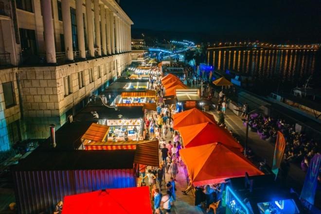 Вечірки та їжа: на Поштовій площі знову відкрилась «Бухта food station»
