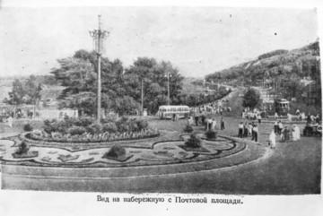 Трамвайчик та велика клумба: як виглядала Поштова площа 67 років тому