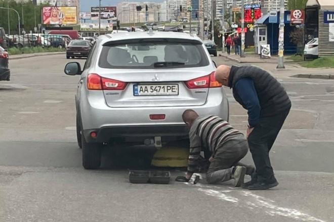Водій року: на Дарниці Mitsubishi рухалася, підцепивши антипаркувальну напівсферу (ВІДЕО)