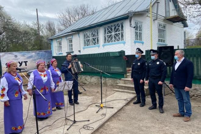 Зі співами, короваєм та керівництвом. Як на Київщині поліцейський отримав службове житло