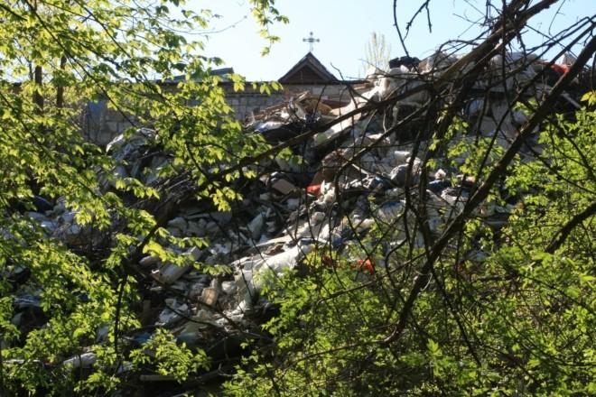 Храм на смітнику. У Голосієві священник збільшує подвір'я, засипаючи яр сміттям (ФОТО)