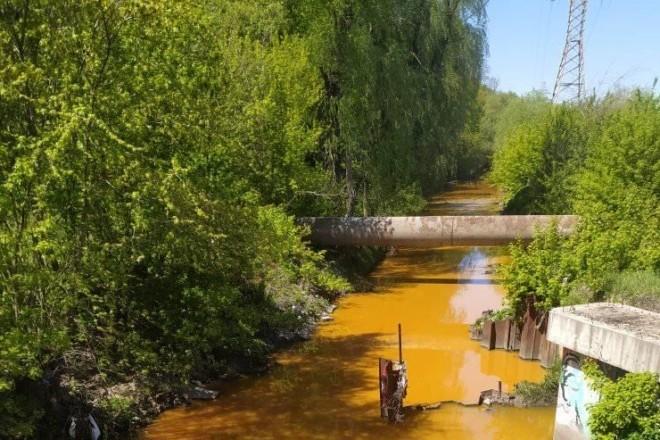 Наче десь в селищі Індії: річка Либідь стала яскраво-жовтою
