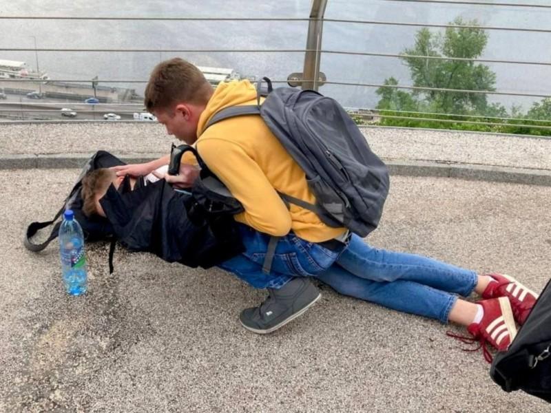 На пішохідному мосту у підлітка стався напад епілепсії