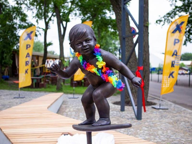 Малюк-серфер Зозулька: в Києві відкрили скульптуру, яка приносить удачу (ФОТО)