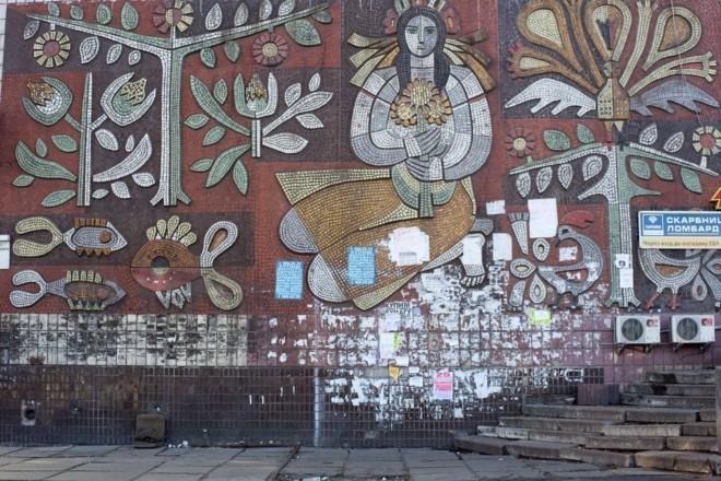 Мозаїчний першотравень. На Березняках вимили панно з українкою (ВІДЕО)