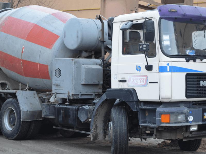 У столиці бетонозмішувач проїхався антипаркувальними клумбами (ВІДЕО)