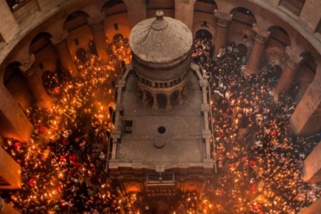 В Єрусалимі зійшов Благодатний вогонь – чи прибуде до України
