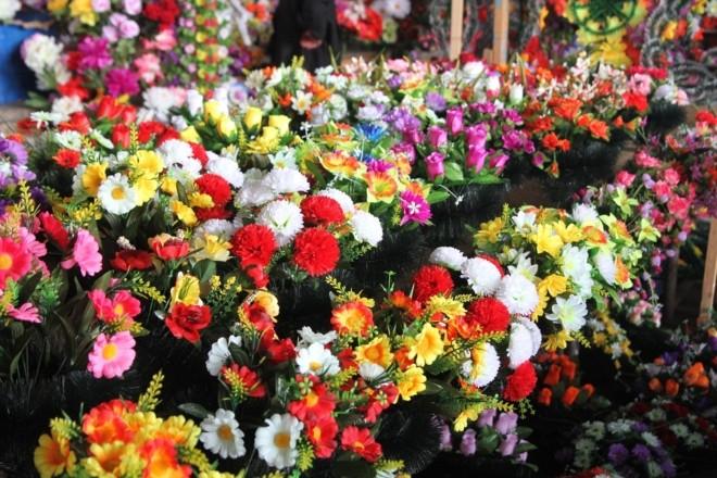 Отрута для живого та чинник онкології: не несіть на кладовища штучні квіти