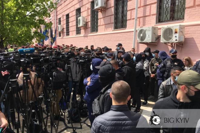Медведчуку не вручили підозру – фото з-під суду