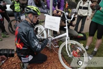 Велоакція у столиці: під Кабміном палили лампадки, а під КМДА повернули білий велосипед