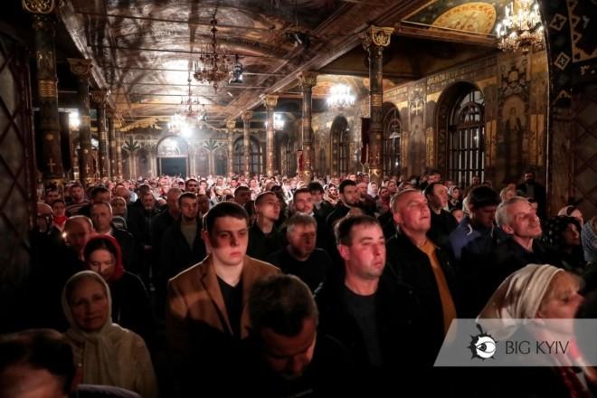 Храм заповнений, люди без масок. У Києво-Печерській Лаврі пройшли святкові богослужіння (ФОТО)