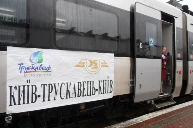 Халк їздив на мінеральні води: чоловік розніс купе потяга Київ-Трускавець та вибив вікно (ФОТО)