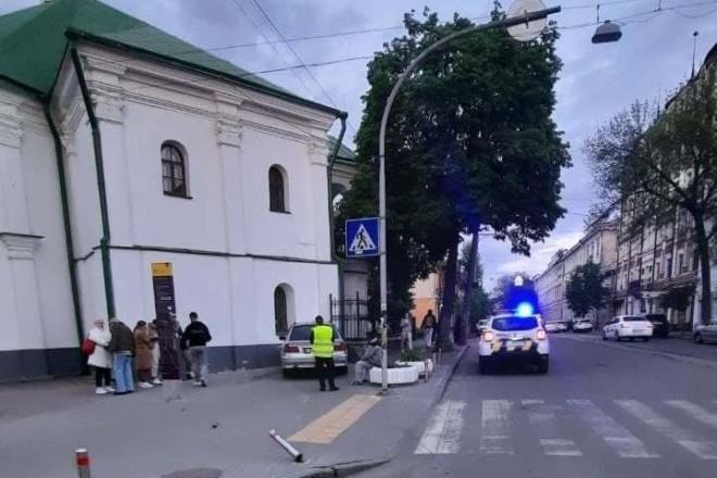 На Костянтинівській п'яний водій протаранив пам'ятку архітектури (ФОТО)