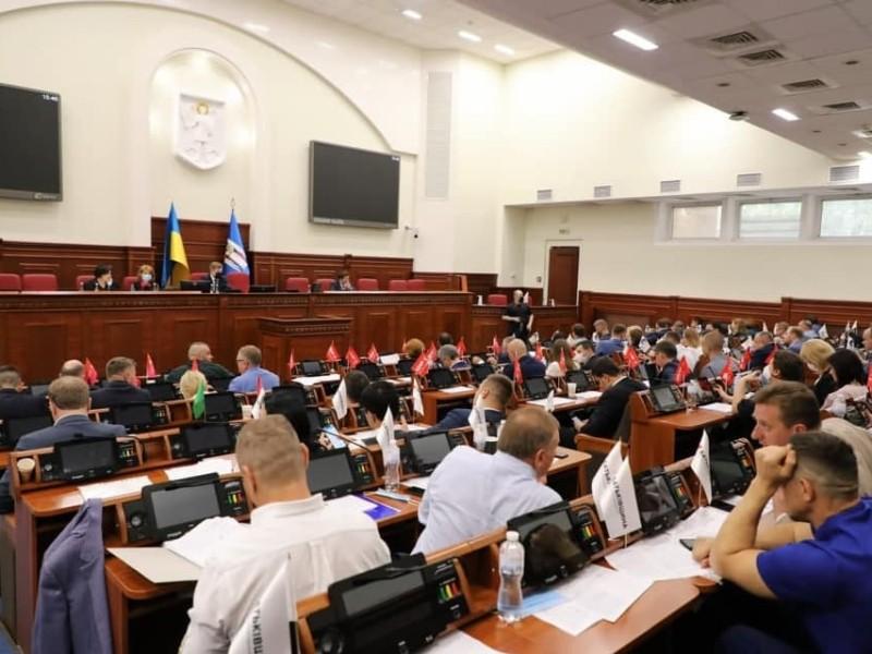 Перше блокування трибуни, легалізація стоянок та важливі соціальні питання: що прийняли депутати