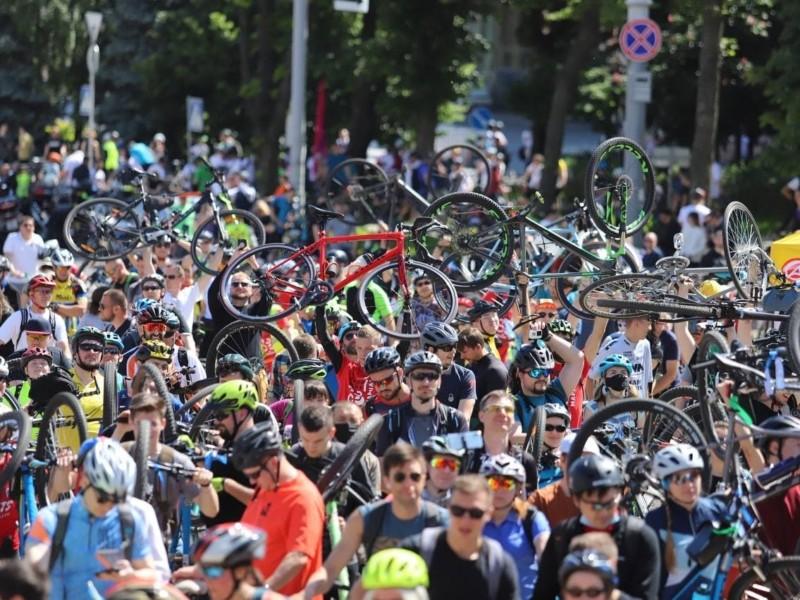 З дітьми і улюбленцями: Велодень у Києві розпочався велопарадом на Софії