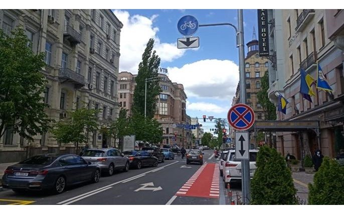 Вулиця Рибалка вже з велосмугами, а на Милославській все тільки починається