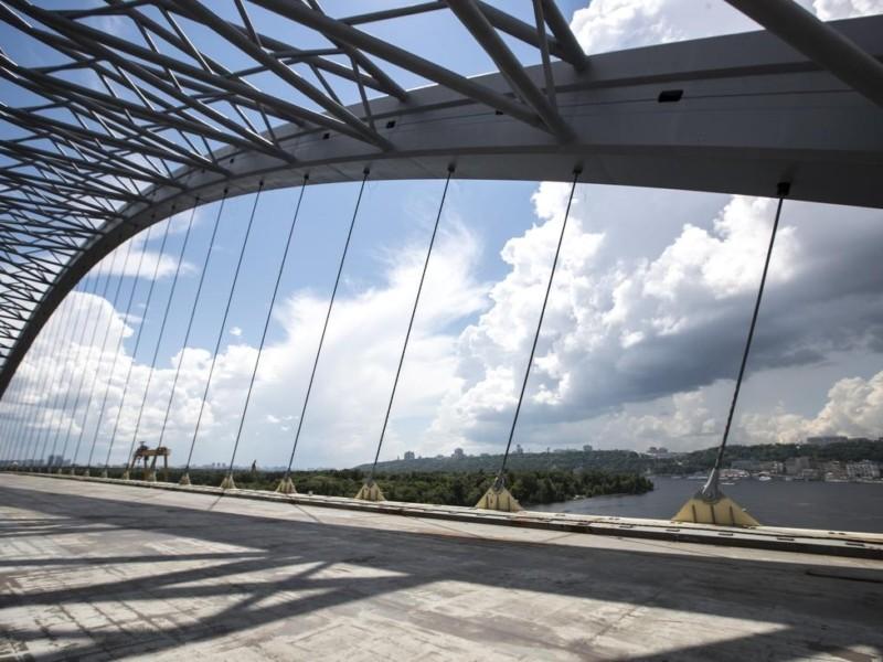 Ванти – натягнули, опори – прибирають. Що нового на будівництві Подільсько-Воскресенського мосту
