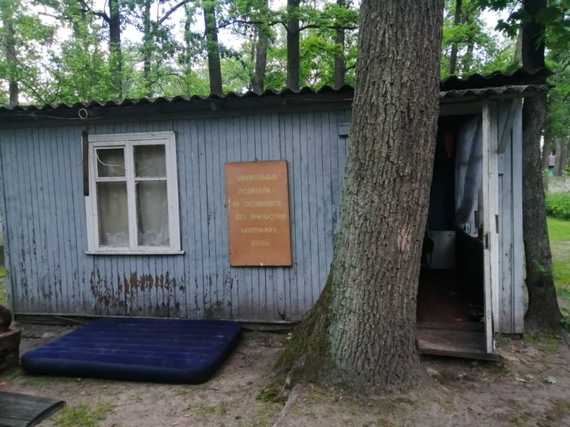Трагедія на Київщині: двоє дітей впали до вигрібної ями на території бази відпочинку