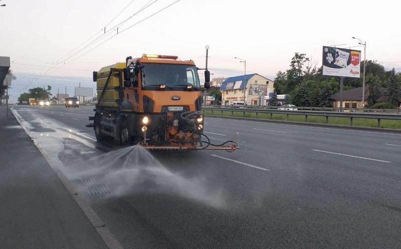 Холодний душ у спеку. Вулиці Києва почали посилено мити – що це дає