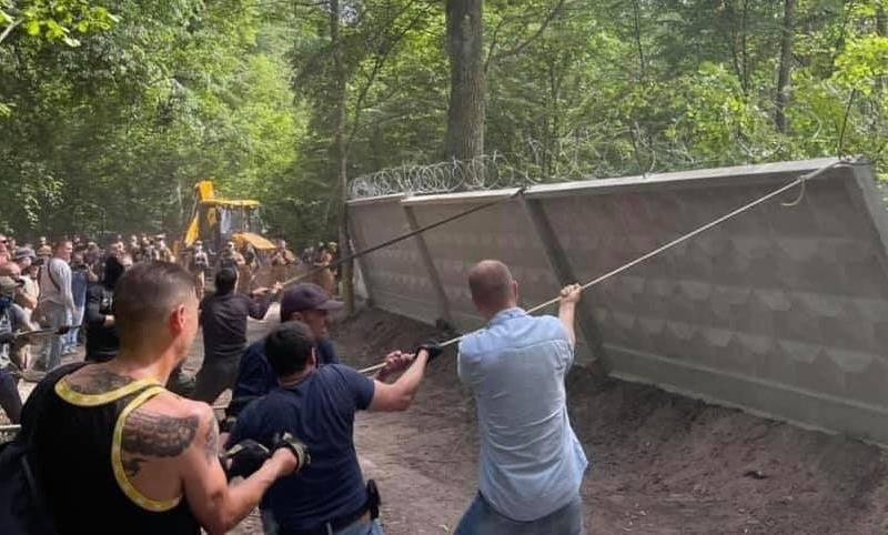 Скандальне будівництво в Пущанському лісі: довкола ділянки демонтують паркан