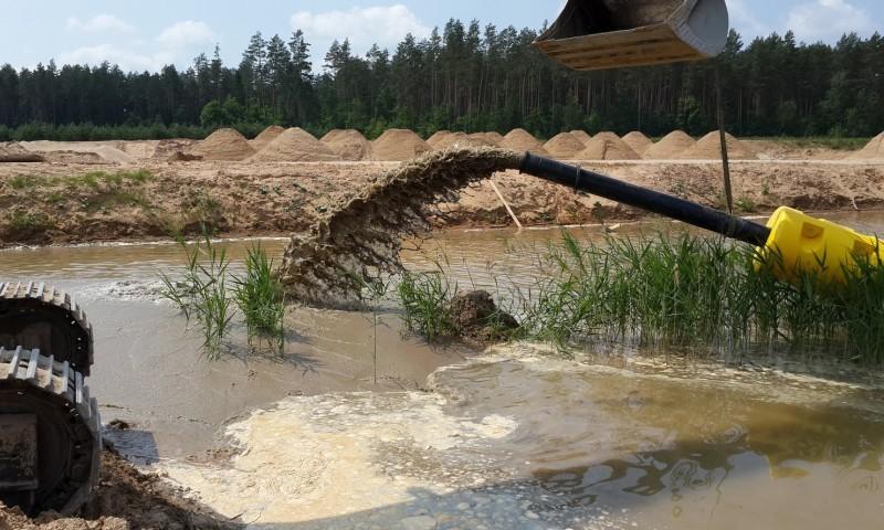 Видобуток піску під час нересту. Голову рибінспекції Київщини Мухіна звинувачують у корупції