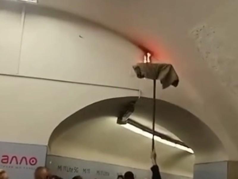 Відео дня. Пожежу в київському метро гасили шваброю з тряпкою