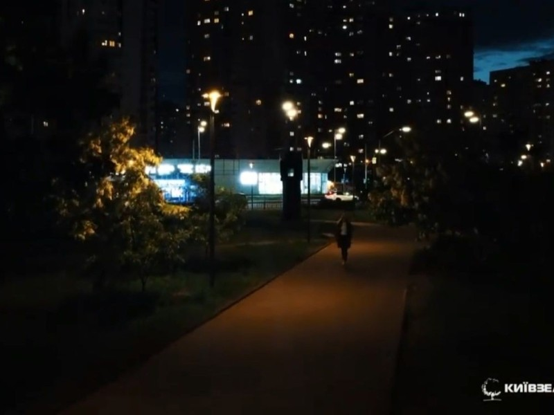 """У парк """"Позняки"""" можна хоч серед ночі. Територію повністю освітили"""