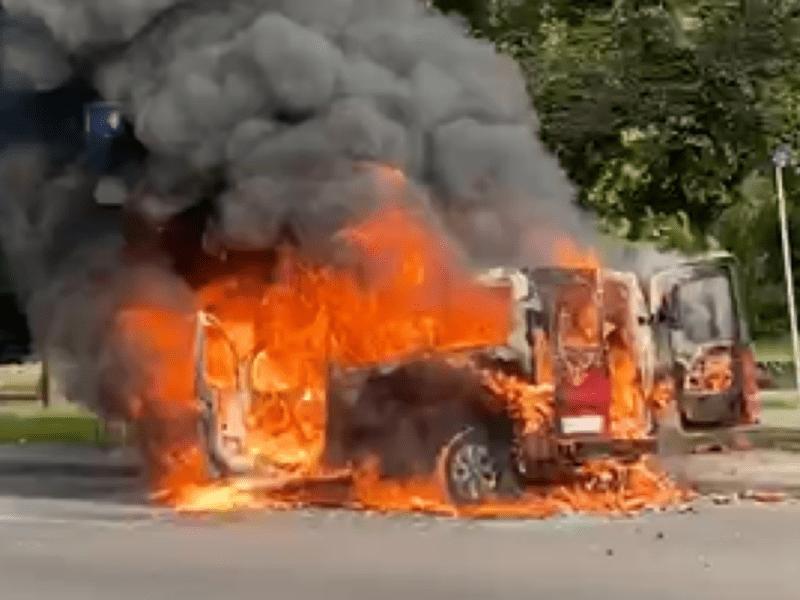 Згорів ущент. На проспекті Перемоги вибухнув мікроавтобус (ФОТО)
