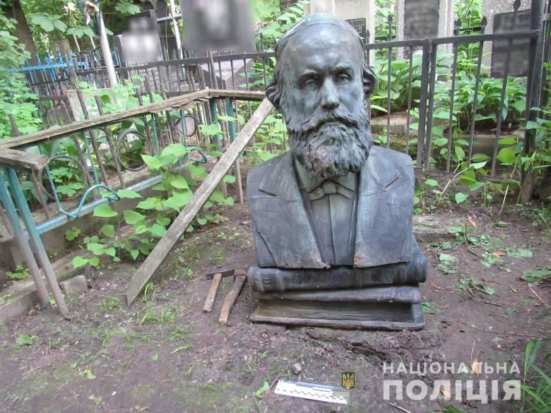 Вандали на Байковому цвинтарі вирішили розбагатіти на бюсті українського вченого