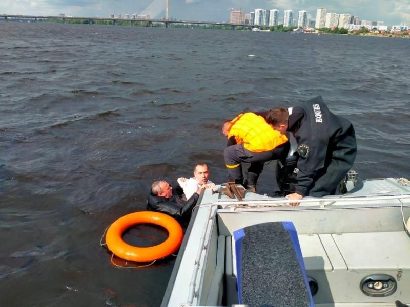 Перепливав чи тонув? Водолази рятували чоловіка за кілометр від Південного мосту