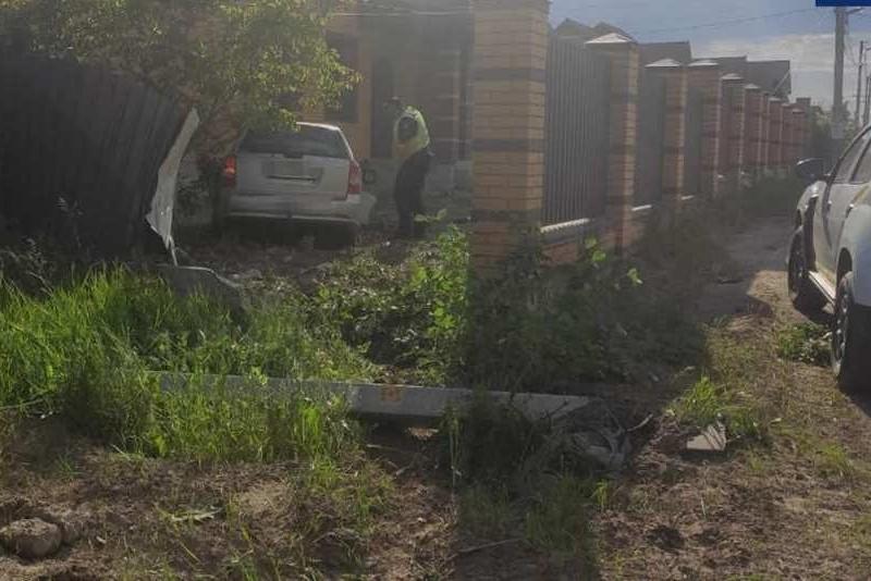 Погоня на Київщині: чоловік вкрав авто в столиці та зніс паркан в Борисполі (ФОТО)