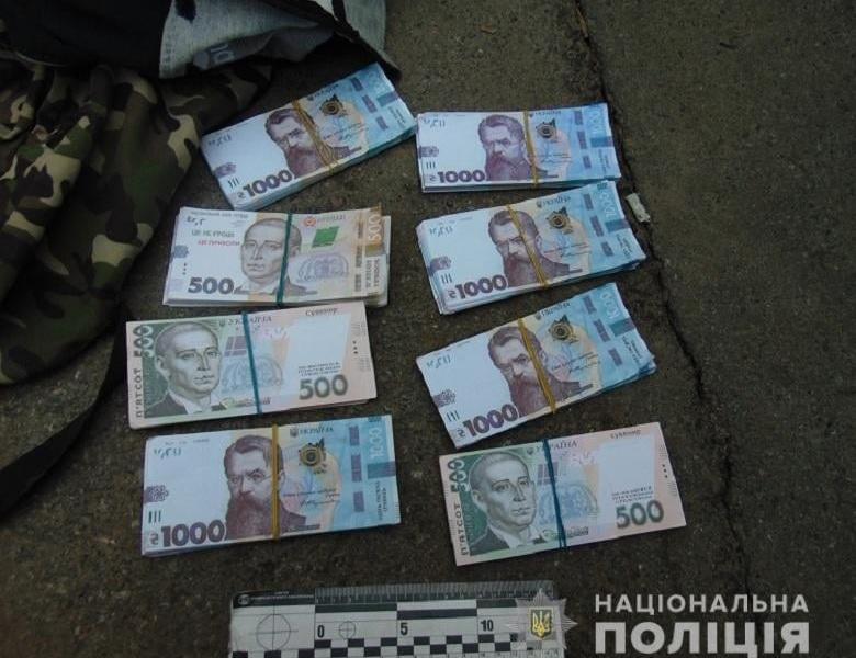 На Подолі чоловік обміняв 20 000 доларівна фантики: замість гривень отримав сувенірні гроші