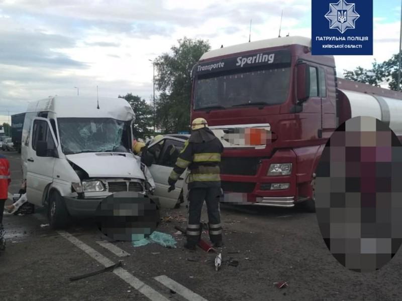 Поцілувались. На автодорозі М — 05 Київ – Одеса зіштовхнулись вантажівка та маршрутка