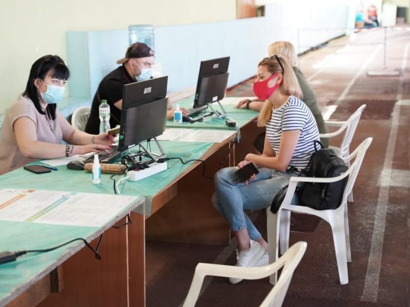 Обирати вакцину не можна. У Києві і передмісті люди вишикувалися в черги на щеплення