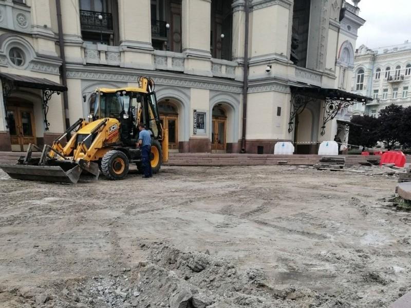 На Театральній площі в Києві зараз розруха – що відбувається (ФОТО)