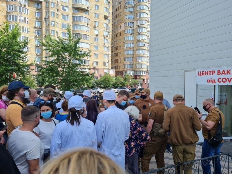 Коні, люди – все змішалось. У центрі вакцинації хаос і купа спантеличеного народу (ФОТО, ВІДЕО)