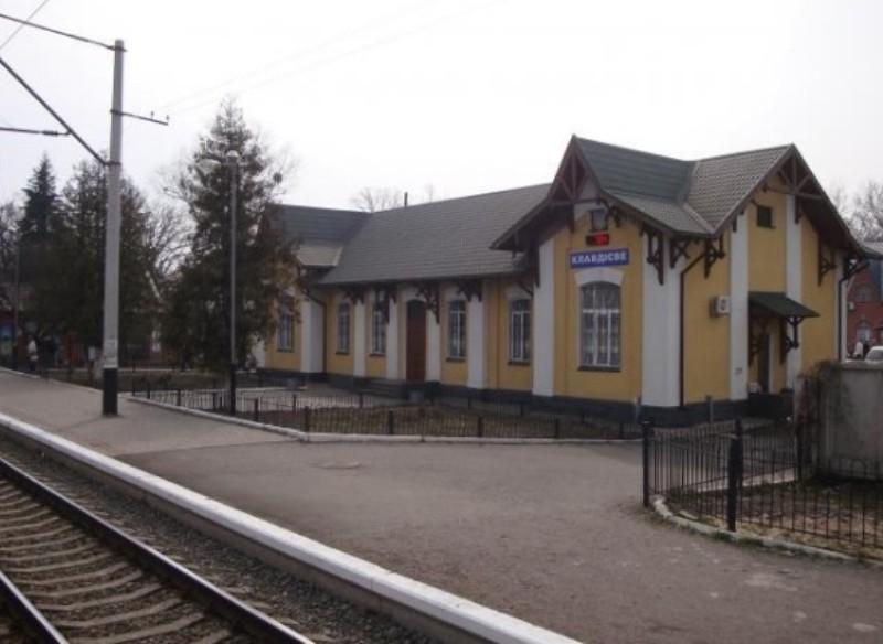 """Через залізничний переїзд станції """"Клавдієве"""" закриють рух – як об'їхати"""