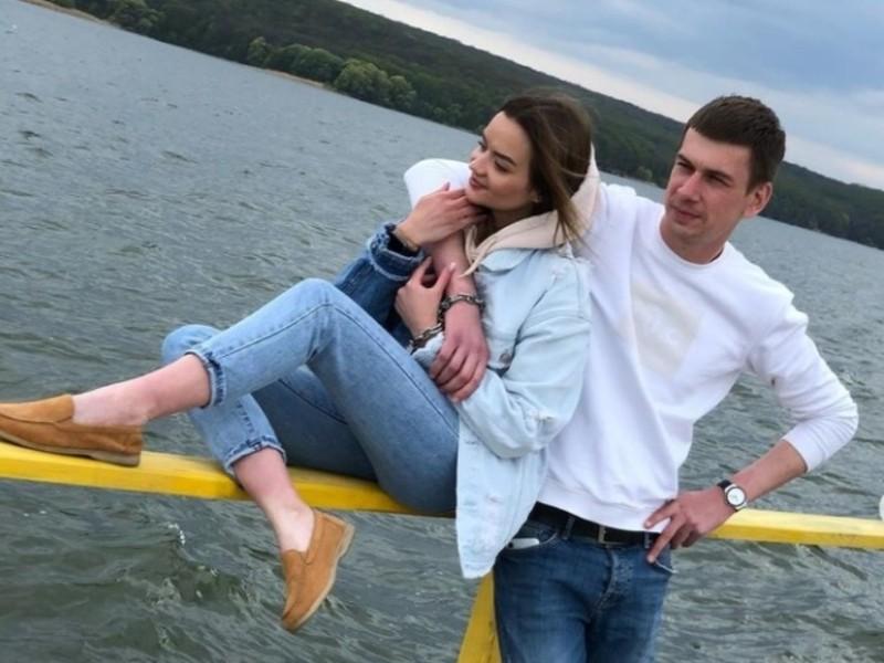 Скована пара оголосила про завершення стосунків. Ланцюг привселюдно знімуть в Києві