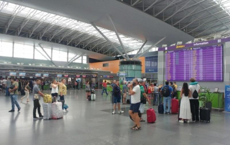 Літак Київ-Батумі повернувся після зльоту, а в Греції застрягли півтисячі українських туристів