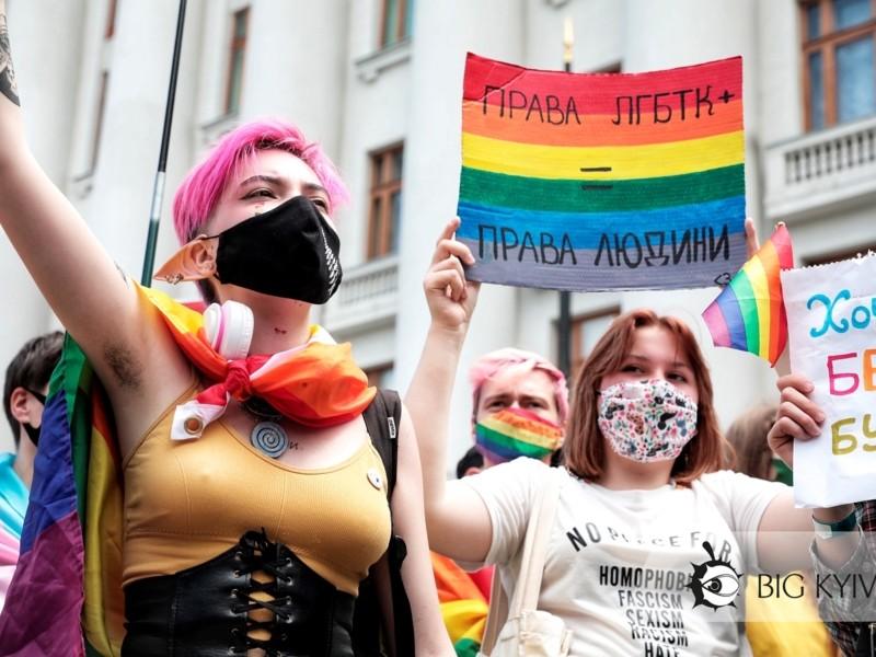 """""""Насильство – це вибір, орієнтація – ні"""". ЛГБТ-спільнота мітингувала під Офісом президента"""