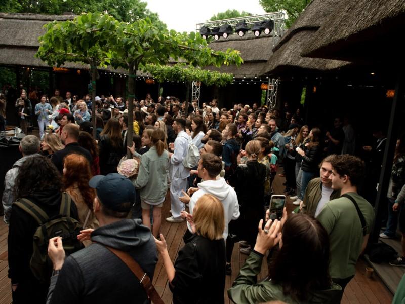 В Києві відкрили сцену для виступу українських музикантів – вхід вільний