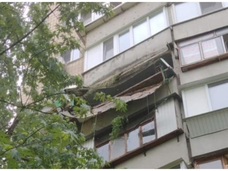 Пропав врожай. На Дарниці рухнув балкон, який власники ніби засадили городиною